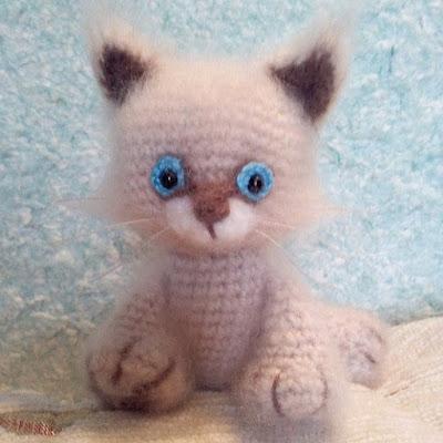 Вязаная игрушка котенок крючком