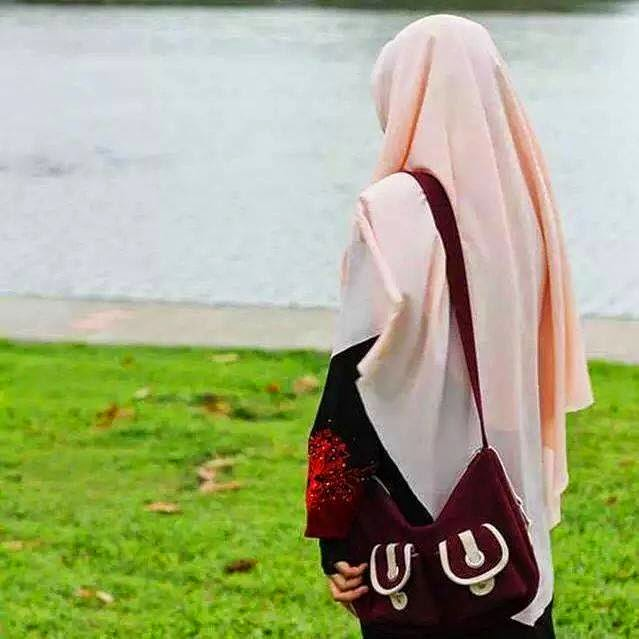 gambar sedih wanita berhijab