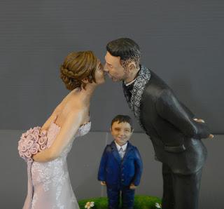 cake topper sposini torta bacio sposi baciano coppia con bambino orme magiche