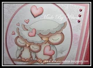 De 2 verliefde uiltjes omringd door hartjes. The 2 owls in love surrounded by hearts.