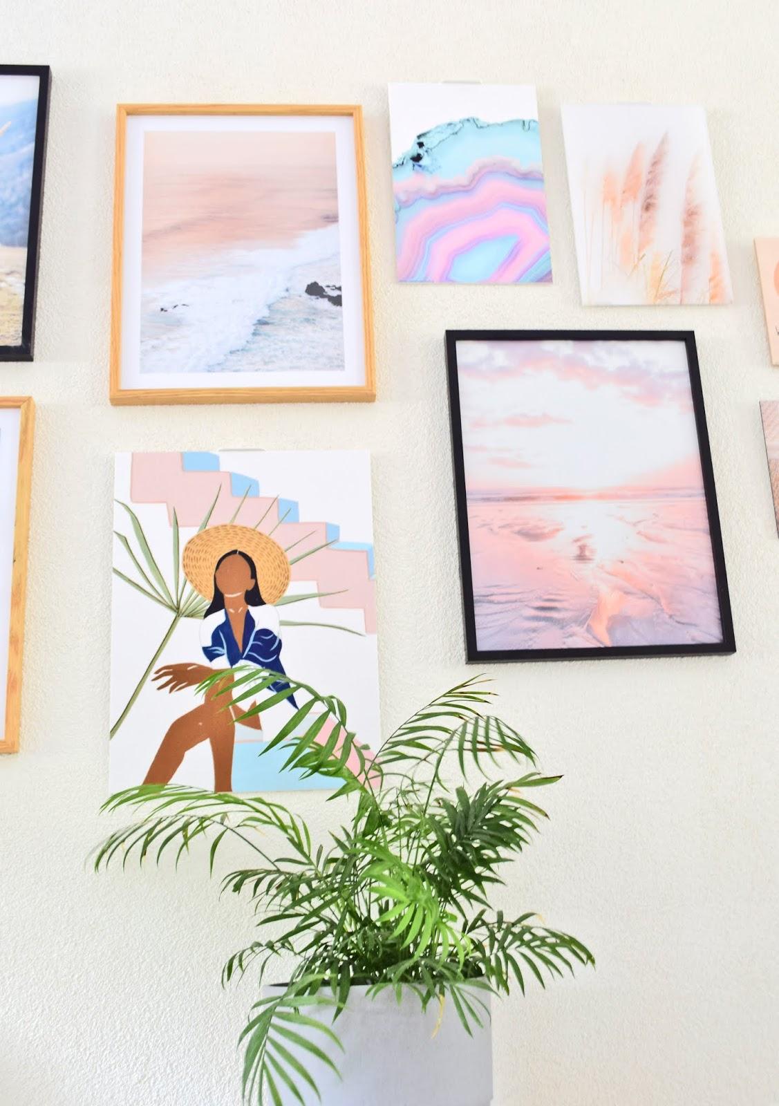 galeria na ścianie w salonie