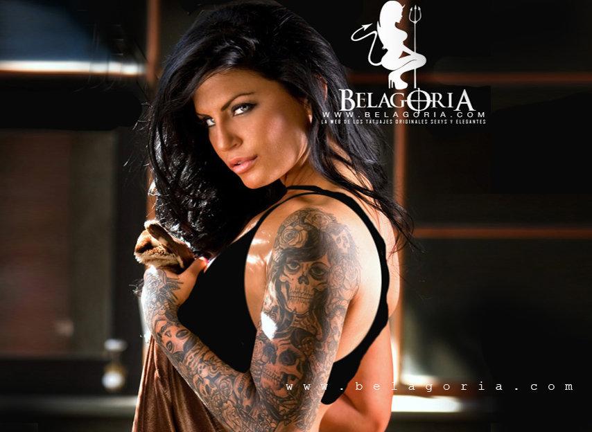 Vemos a Jessica LK posando con tatuajes de calaveras