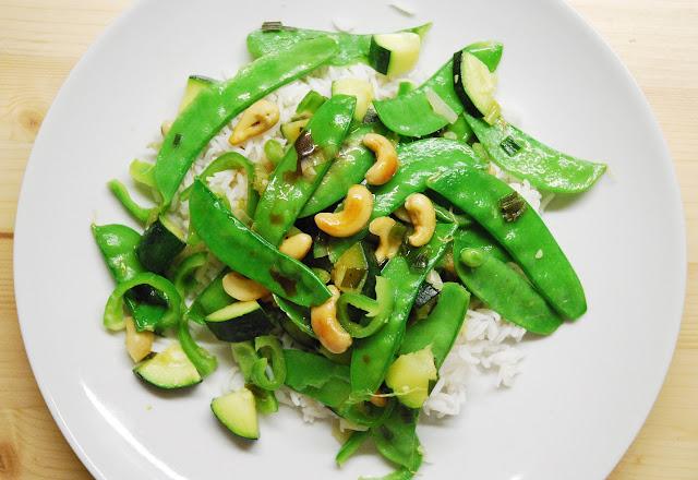 Poêlée de pois gourmands, courgettes, poivrons verts et cébettes