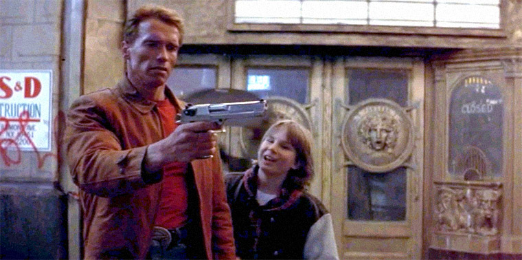 Arnold Schwarzenegger und Austin O'Brien in LAST ACTION HERO (John McTiernan, 1993). Quelle: Screenshot Sony DVD (skaliert)