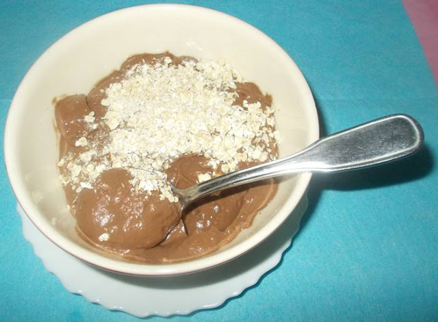 Ideia de creme de abacate light com chocolate e queijo batido