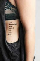 Tatuajes femeninos en las costillas frase