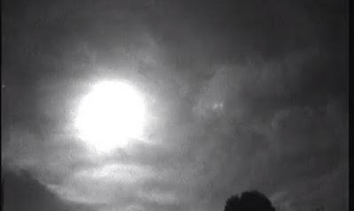 «Πύρινες μπάλες» εμφανίστηκαν στον ουρανό – Αναστάτωση σε Βρετανία και Γαλλία