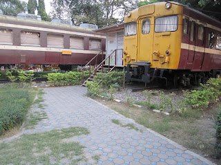 Leihbücherei in Hua Hin in alten Eisenbahnwagen auf dem Bahnhofsvorplatz