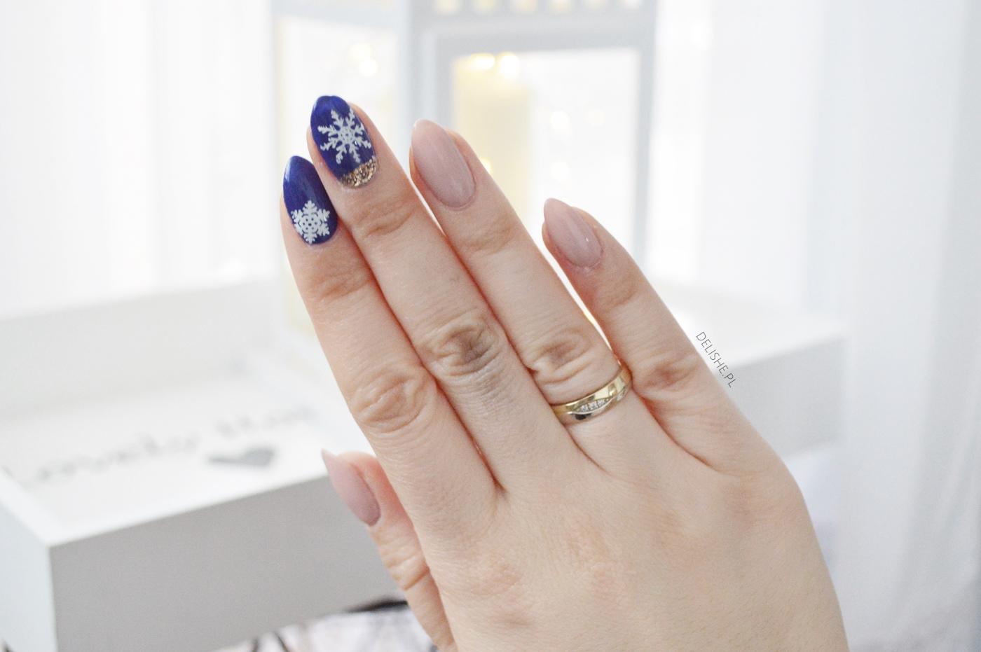 płatki śniegu na paznokciach, śnieżynki manicure