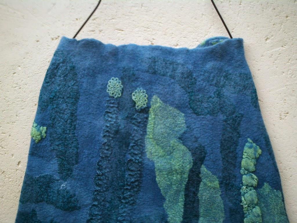 detalhe cintura saia feltrada meia evasê azul