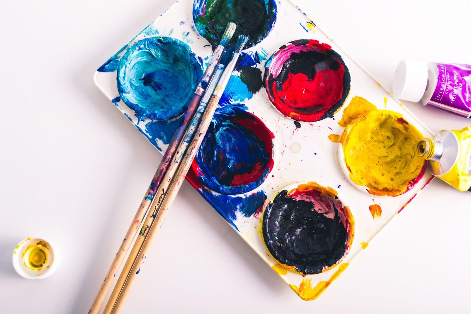 pennelli e palette di colori per disegno