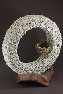 Escultura de cerámica circulo de raíces con nido de pájaros