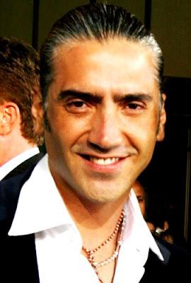 Foto de Alejandro Fernández sonriendo a la cámara