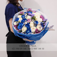 bunga hadiah untuk kekasih, hand bouquet mewah, bouquet bunga mawar,