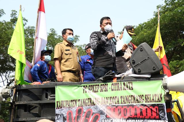 Politisi PDIP di Kab. Tangerang Tiba-tiba Naik Mobil Komando Buruh, Orasi Tolak Omnibus Law
