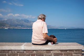 'Il nome che mi hai sempre dato' Anziano guarda mare con foto della moglie morta, la storia diventa film