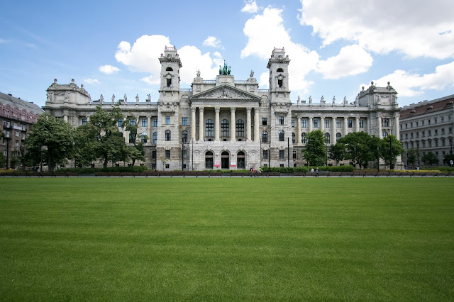 Palazzo di fronte al Parlamento di Budapest