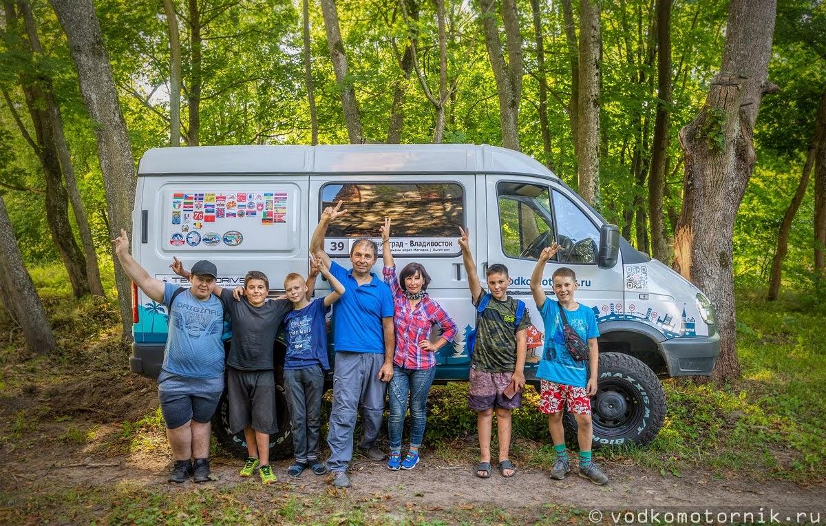 Местная братва будущие путешественники на фоне Соболь 4х4 самый западный