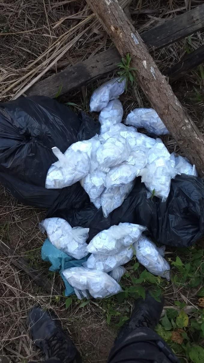 Policiais encontram drogas escondidas em terreno baldio em Cabo Frio
