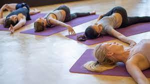 थकान व तनाव को दूर कर सुकून भरी नींद के लिए करें बेडटाइम योगा