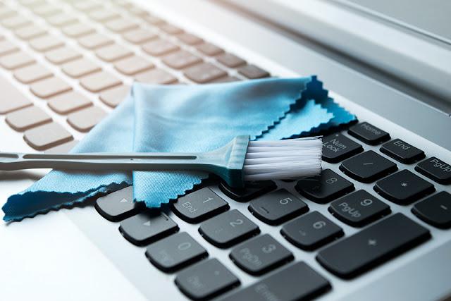 Cum sa va curatati calculatorul si tastatura de praf