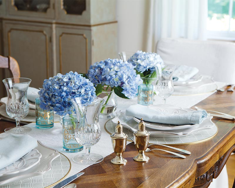 Line Your Table With Cut Stems Of Hydrangea In Simple Glass Vases For A Yet Elegant Setting