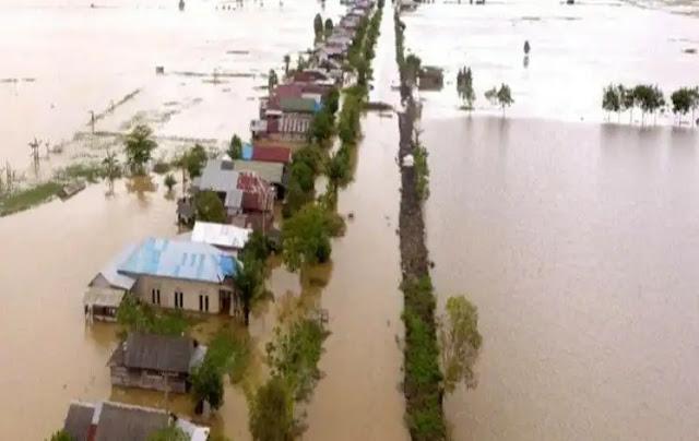 Sejumlah daerah di Kalimantan Selatan (Kalsel) terendam banjir pada beberapa hari terakhir. Setidaknya 1.500 rumah warga di Kecamatan Pengaron, Kabupaten Banjar, Kalsel kebanjiran. Ketinggian air mencapai 2-3 meter. Hujan deras yang merata selama beberapa hari terakhir diduga menjadi penyebab.