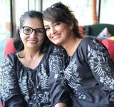 nisha rawal with her mother