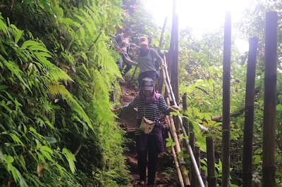 trecking menuju air terjun tumpak sewu