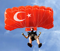 Türk bayraklı paraşüt ile atlayan paraşütçü
