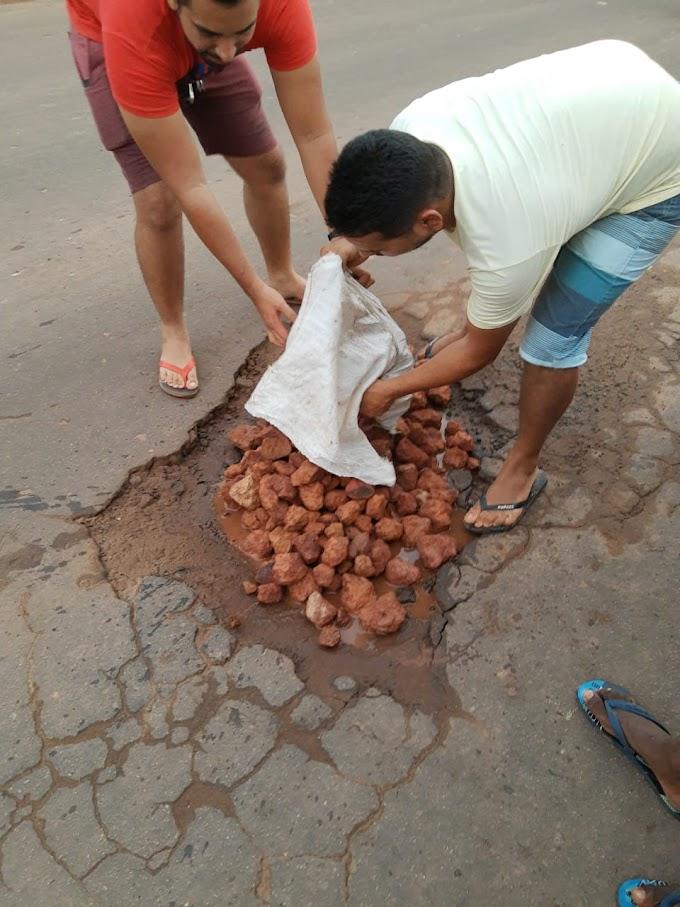 Pedreiras: moradores revoltados fazem operação tapa buracos….