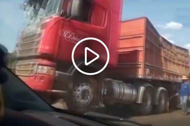 VÍDEO: Carreta de milho tomba na BR-364 e causa congestionamento em Cacoal, RO