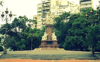 Vista Ampla do Monumento da Plaza Francia, Recoleta