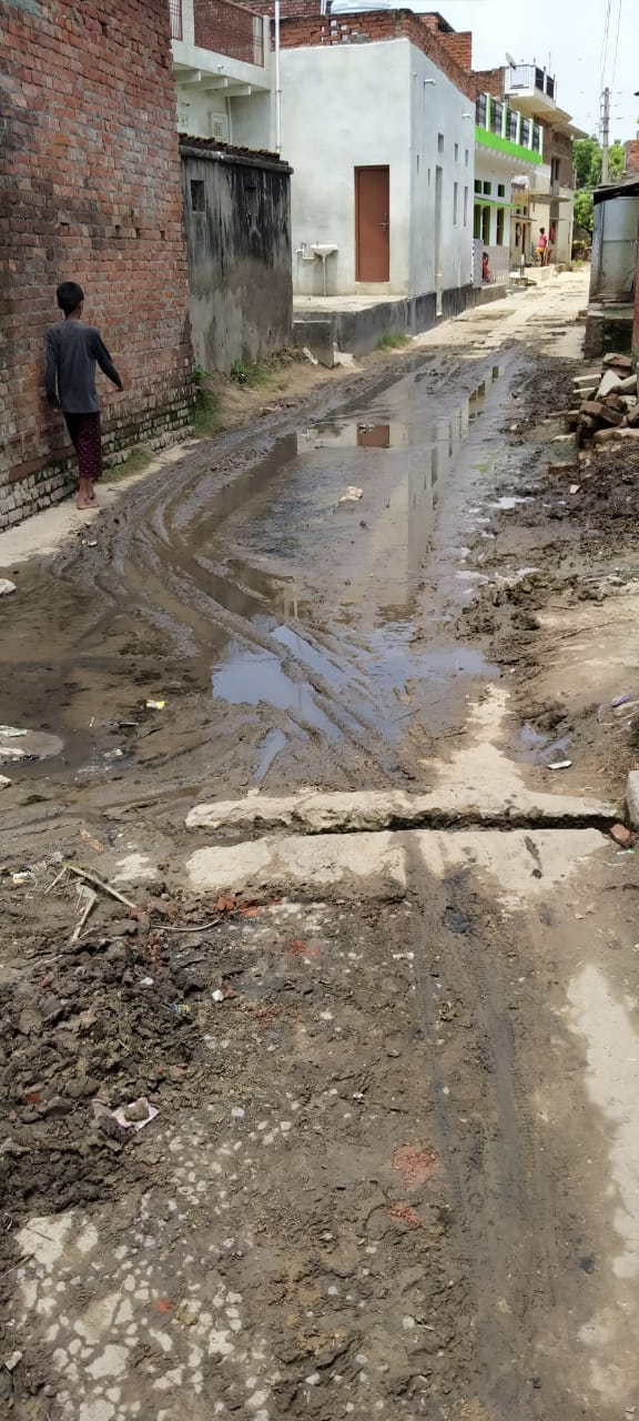 अटवा फतेहपुर की मुख्य सड़क पर पैदल आवागमन हुआ मुश्किल