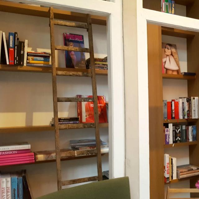 ספריה בחדר האוכל במלון HOTEL DE HALLEN