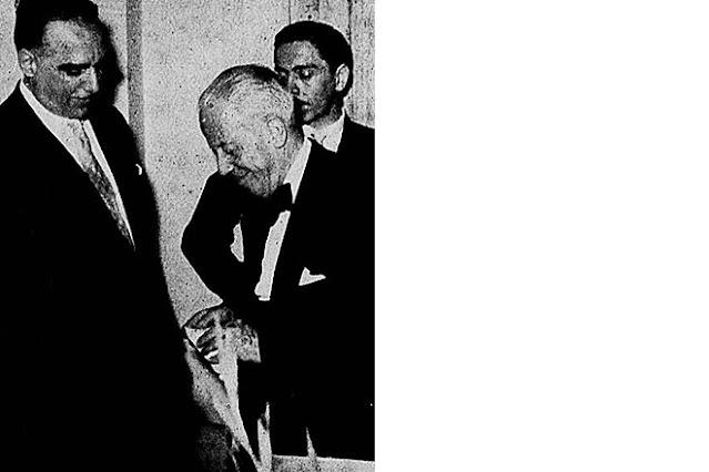 Sylvio Bhering recebendo a medalha do Jubileu publicitário das mãos de Herbert Moses, 1957.
