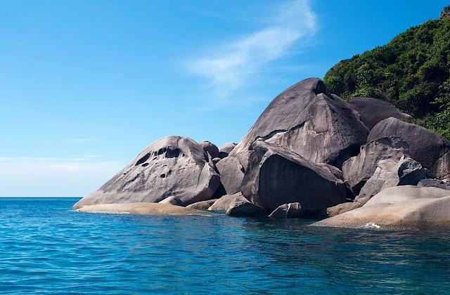 หินปูซาร์หรือหินหัวกะโหลก อยู่ทางทิศตะวันตกเฉียงใต้ของเกาะสิมิลัน มีลักษณะเป็นกองหินรูปร่างคล้ายหัวกะโหลกอยู่เหนือน้ำ ใต้น้ำมีหินเป็นโพรงเป็นช่องให้นักท่องเที่ยวดำน้ำชมปะการัง ดูปลา