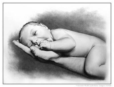 dibujo artístico realista a lápiz de un bebe en la palma de la mano