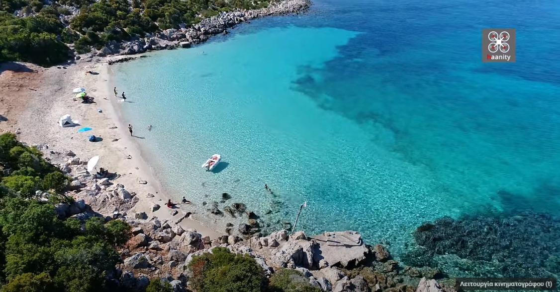 Το άγνωστο ελληνικό νησί με τη μία και μοναδική παραλία που ήθελε να το προσαρτήσει η Αγγλία