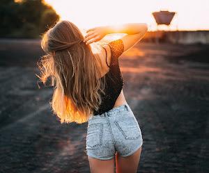 Chica Rubia Con Camisa Negra y Pantalón De Mezclilla