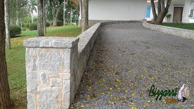 Execução do calçamento com pedra tipo pedrisco nas ruas da sede da fazenda com as muretas de pedra com folhetinha de paralelepípedo rachado.