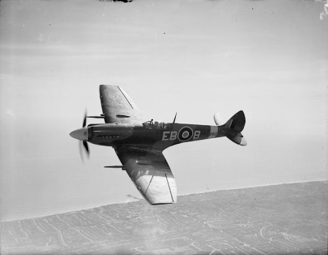 Aircraft_of_the_Royal_Air_Force%252C_1939-1945-_Supermarine_Spitfire._CH12752.jpg