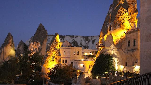 Những hang động tự nhiên hình thành từ hàng trăm năm trước đã được người dân Thổ Nhĩ Kỳ tận dụng để làm những ngôi nhà trú ngụ cũng như xây dựng nhà thờ.
