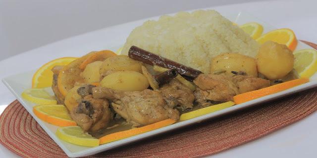 بطاطس بالدجاج والأرزفي طبق تقديم مزين بالليمون والبرتقال