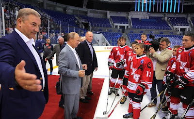Vladimir Putin and junior hockey teams in Shaiba arena.