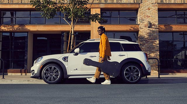 Labrinth junto al Mini Countryman