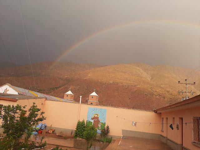 Der erste Regenbogen der beginnenden Regenzeit über Esmoraca Bolivien