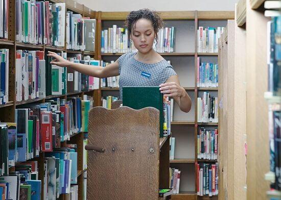 Gemar Membaca Buku? Ini 5 Rekomendasi Pekerjaan yang Cocok Untukmu!