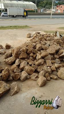 Pedra para calçamento do tipo pedra moledo, para calçamento com 15 cm a 20 cm de espessura.