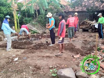 Penggalian tanah untuk pondasi   warung benih MANGYONO.com dan lumbung padi